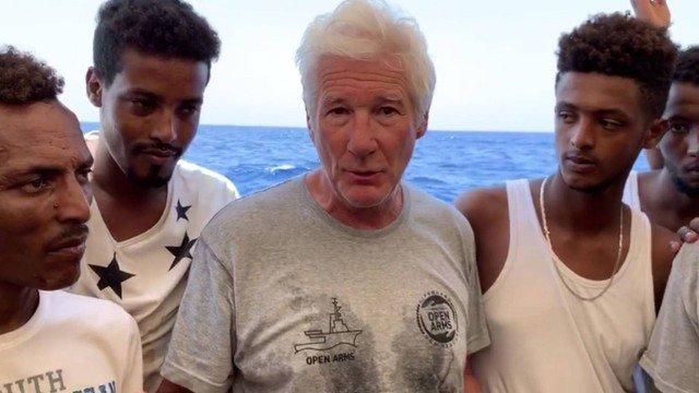 Richard Gere leva água e pede ajuda para imigrantes