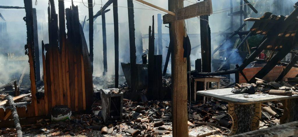 Casa pega fogo em Pouso Redondo